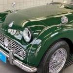 We kregen de eer aan deze unieke Triumph te mogen werken die in het jaar 1960 gebouwd is in het British Racing Green.  Deze wagen verloor door de jaren heen zijn glans. Dus hebben wij de wagen nieuw leven in geblazen door meerdere malen intensief te polijsten om nadien te beschermen met onze Opti-Coat Pro+ keramische coating.